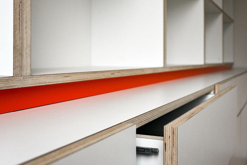 Boekenkast met oranje profiel