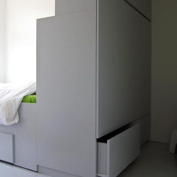 Bed met roomdivider (met kastruimte)